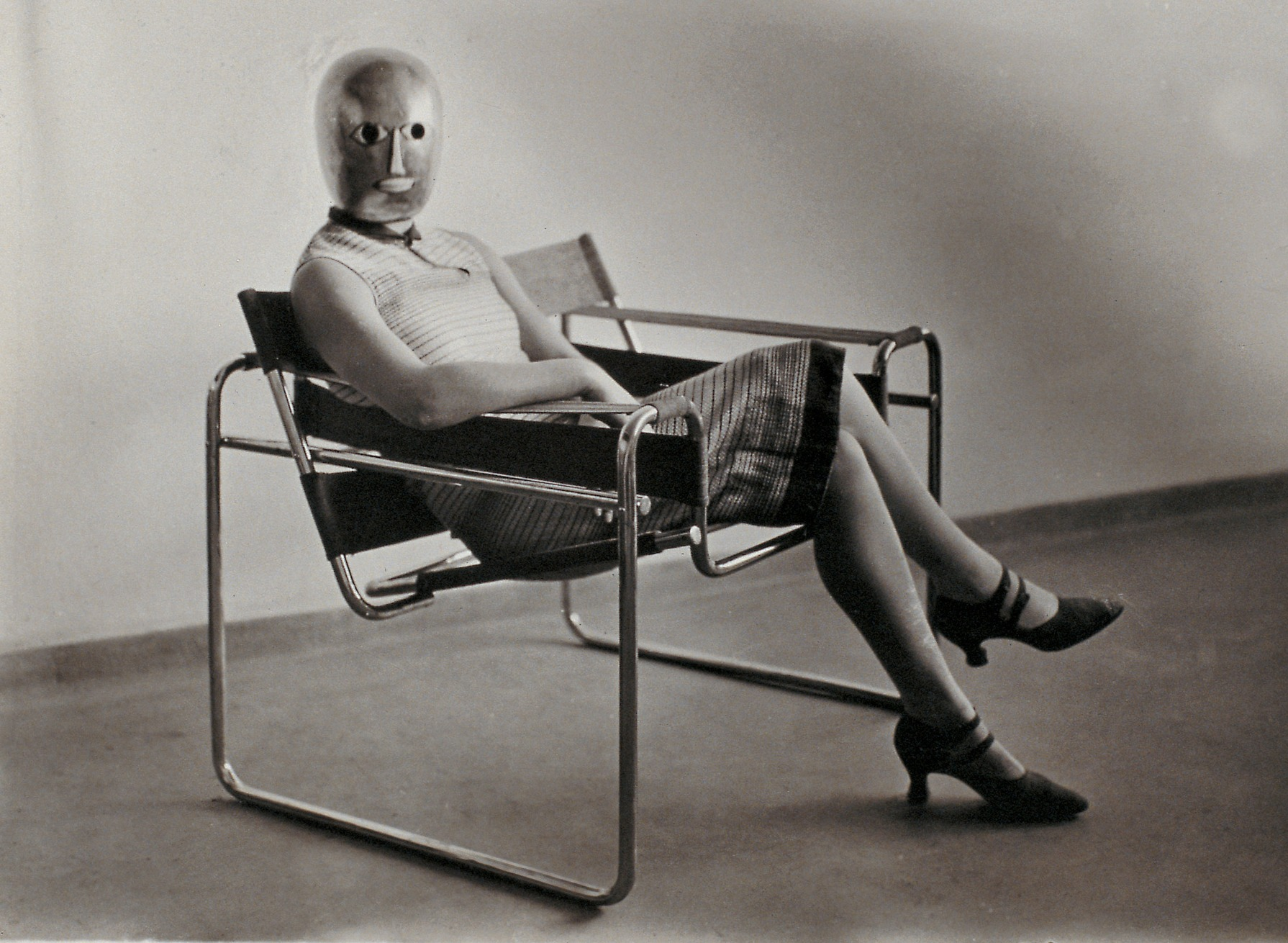Célèbre oeuvre Bauhaus, la chaise Wassily ici avec un mannequin