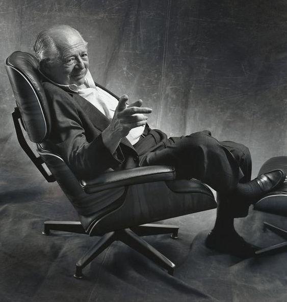 Ray eames assis sur la version Ottoman Lounge Chair de Vitra