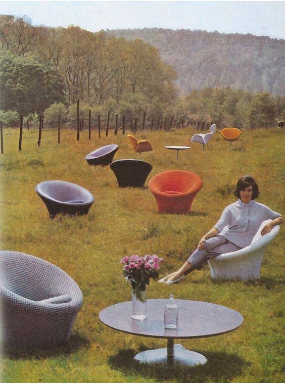 affiche vintage de plusieurs chaises et fauteuils mushroom dans une prairie