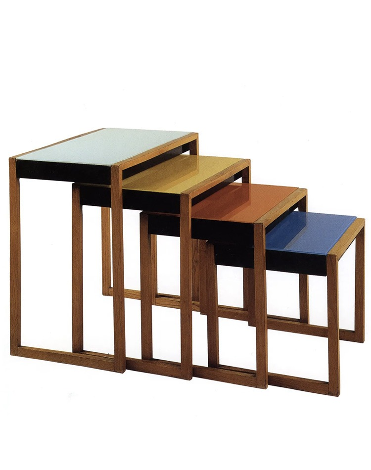 Nesting tables de Josef Albers, sur le sytème de tables gigognes encastrables