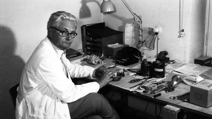 Wilhelm Wagenfeld dans son atelier