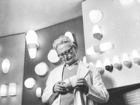 wilhelm wagenfeld du bauhaus en train d'examiner ses lampes en verre
