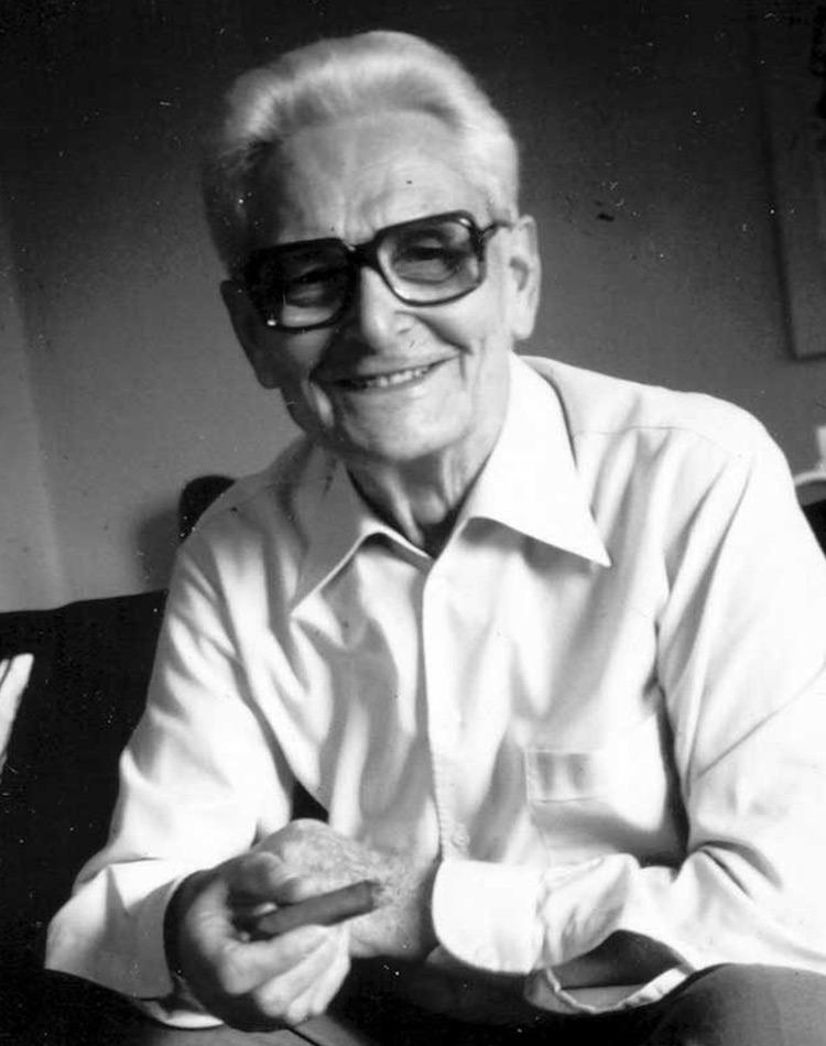portrait de Wagenfeld assis et souriant, un designer bauhaus épanoui et accompli