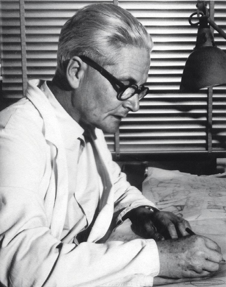 wilhelm wagenfeld du mouvement Bauhaus en train de travailler