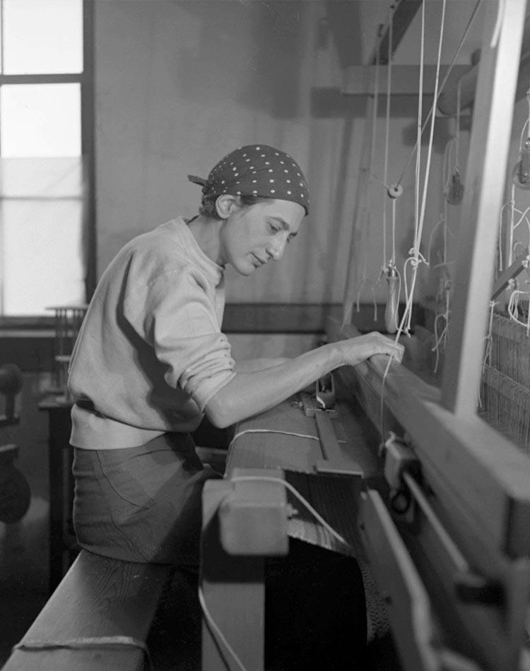 Portrait de Annie Albers au tissage