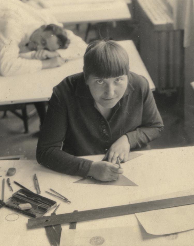 la designer Lotte Satm-Beese, en plein travail de conception