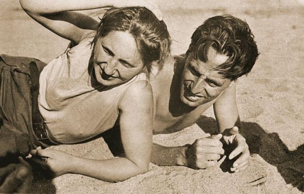 Lotte Stam-Beese et Mart Stam à la plage