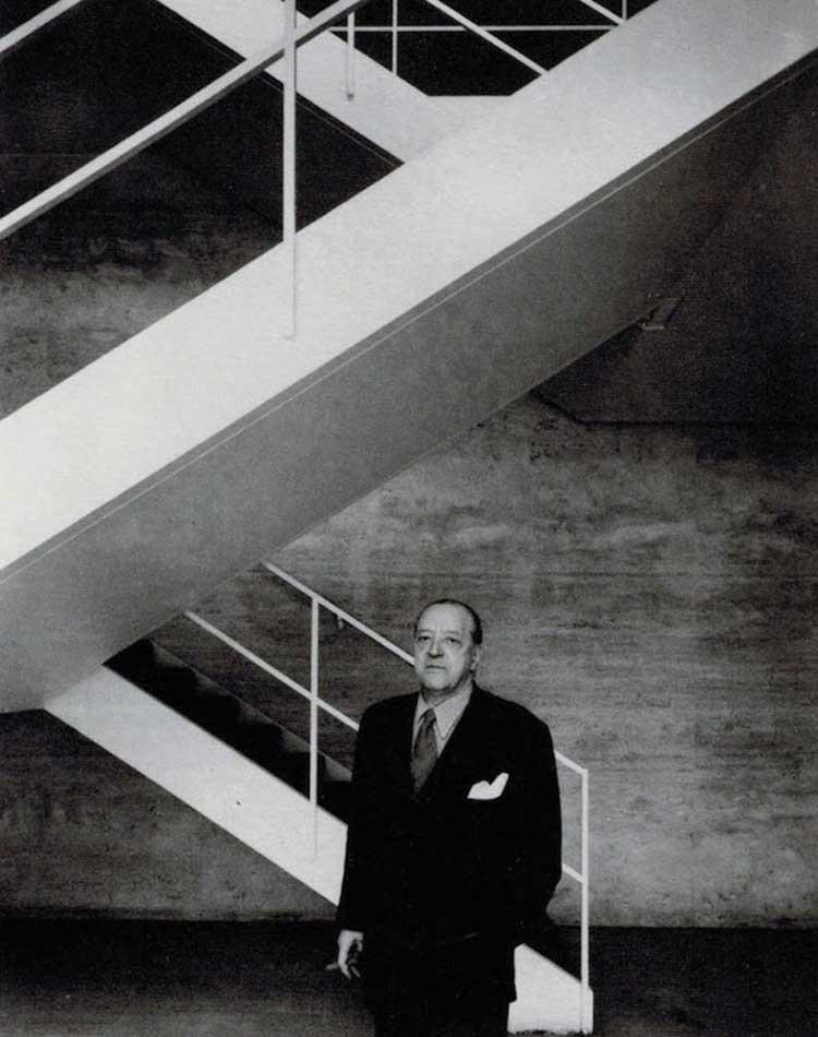 Mies van der Rohe devant des escaliers