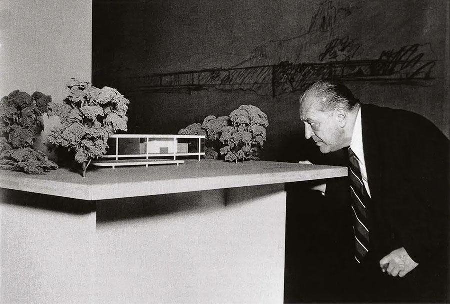 Ludwig Mies van der Rohe analysant une maquette d'architecture