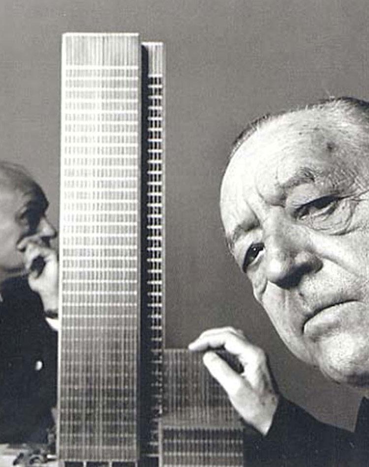 Mies van der Rohe et une maquette de building