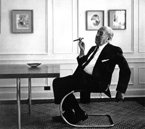 Mies van der Rohe assis sur sa chaise MR
