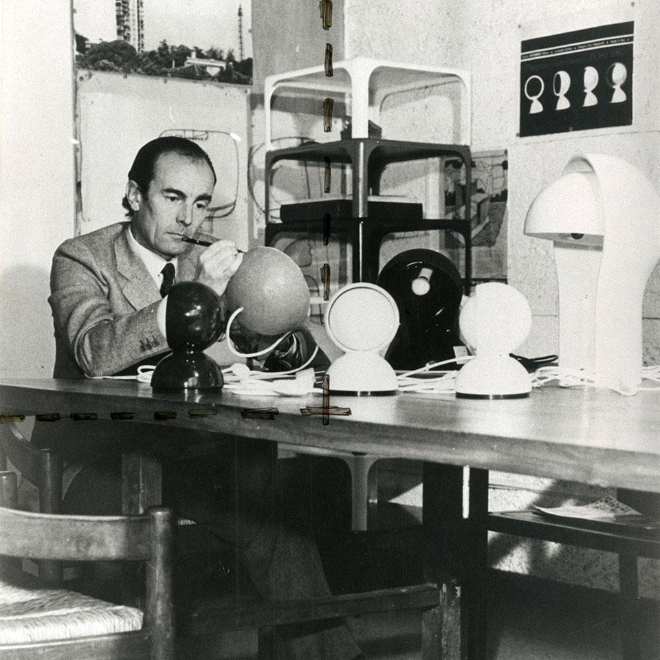 Vico Magistretti avec ses lampes