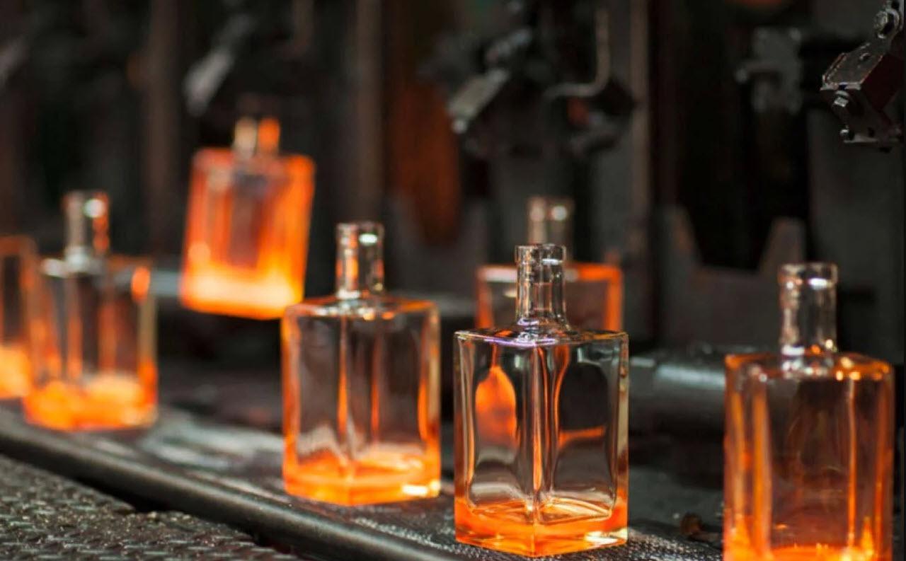 assortiments de différentes bouteilles de spiriteux designés par un spécialiste italien